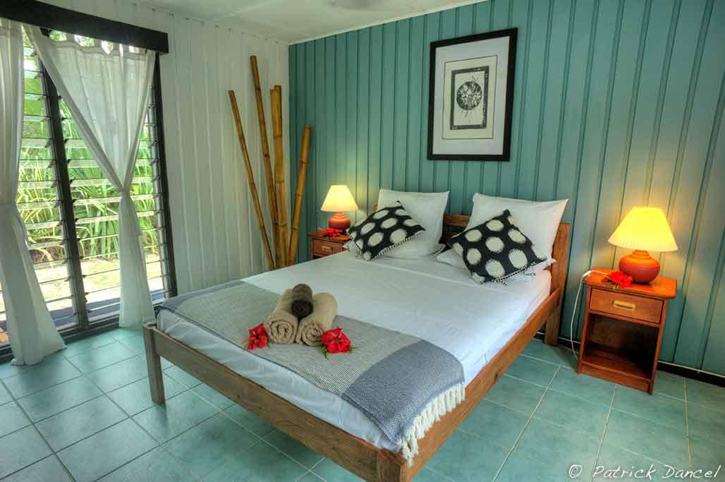 family-room-queen-bed